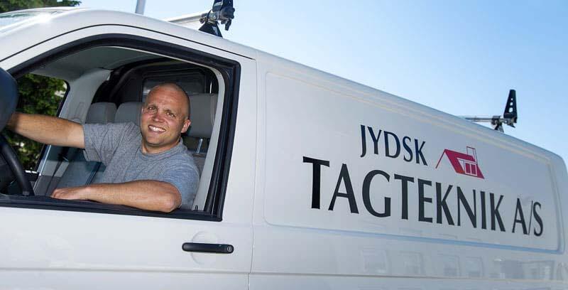 Taglægger i firmabil fra Jydsk Tagteknik