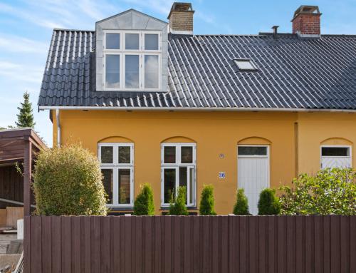 Villaen i Brønshøj fik lagt et nyt Bølgeeternittag, huset fik også monteret en ny kvist på taget