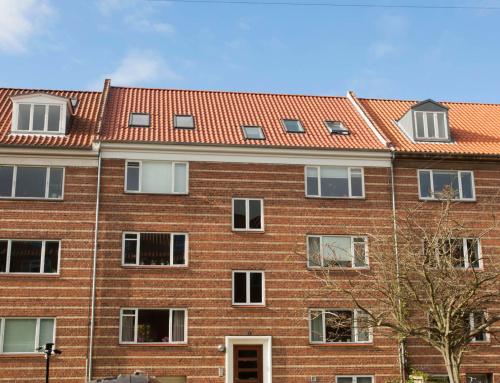 Ejendommen i Aarhus C fik lagt nyt tegltag med nye ovenlysvinduer, samt nye zink tagrender.