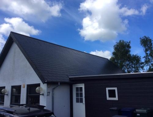 Villaen i Ribe fik renoveret det gamle skifereternittag, taget stor nu som nyt, husejer valgte farven sort