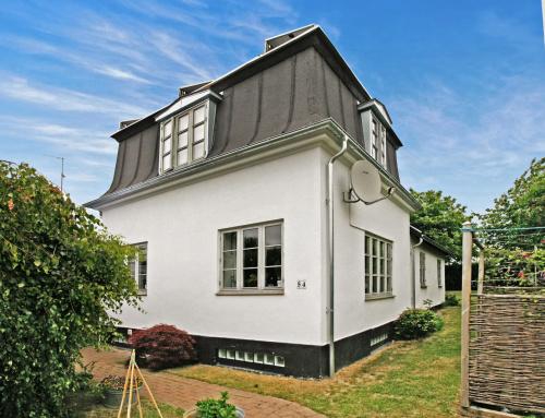 Flot villa i Brønshøj fik det gamle tegltag/skifer/tagpap, udskiftet med et nyt tagpap med lister (listedækning)