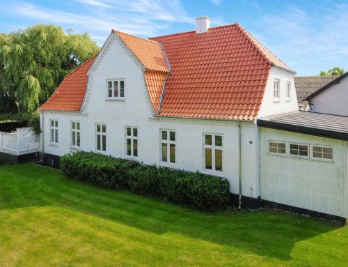 Hovedhuset på gården i Holbæk fik lagt et nyt tegltag.
