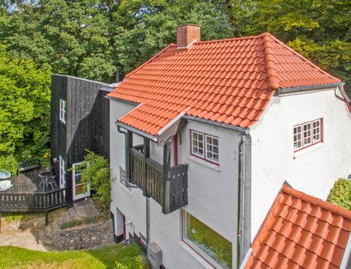Huset i Holte fik lagt et nyt tegltag inkl. montering af en ny kvist og nye velux ovenlysvinduer,