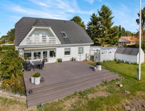 Se før og efter billeder af en algebehandling på et Decratag (efter 1 måned) Villaen ligger i Søften Østjylland