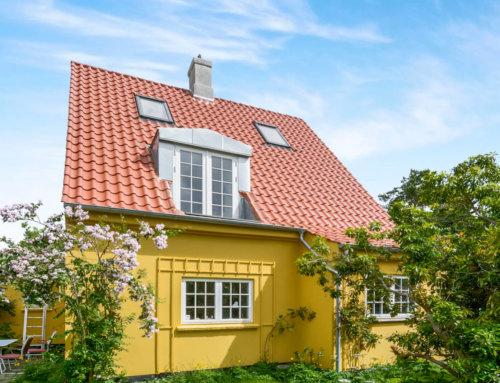 Huset i Nærum fik monteret et nyt tegltag, huset fik også monteret ny kvist og nye velux vinduer, samt nye zinktagrender.