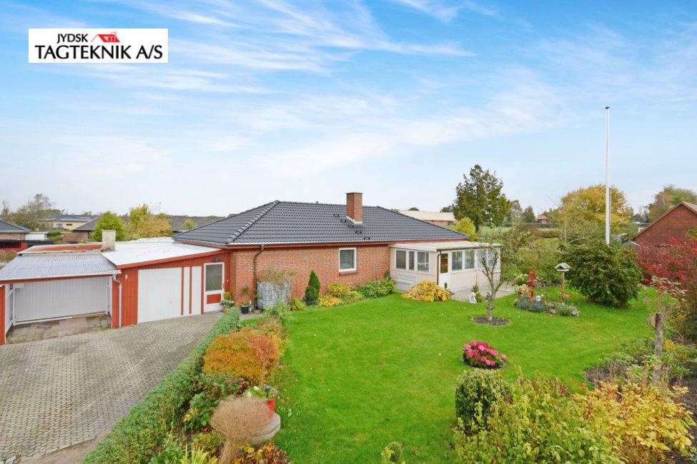 Rød murstens villa med have og indkørsel