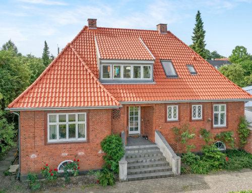 Den store elegante villa i Hellerup nord for København, fik lagt nyt flot tegltag