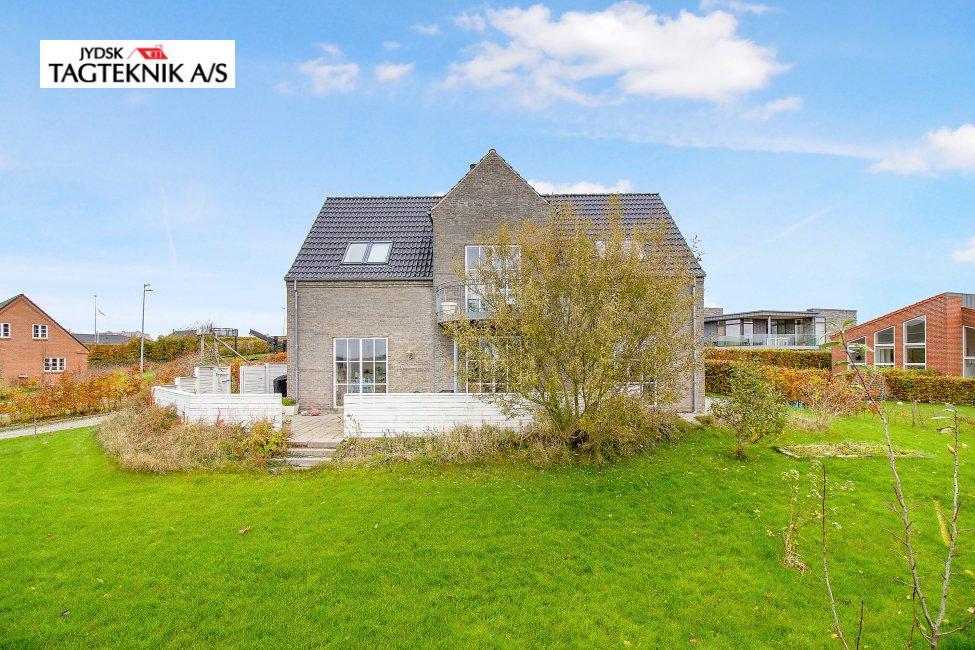 Tegltag på stor murstens villa med have
