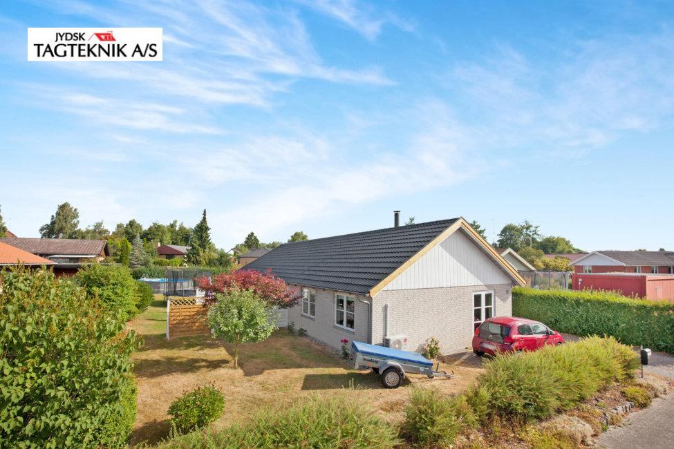 Grå murstens villa med have