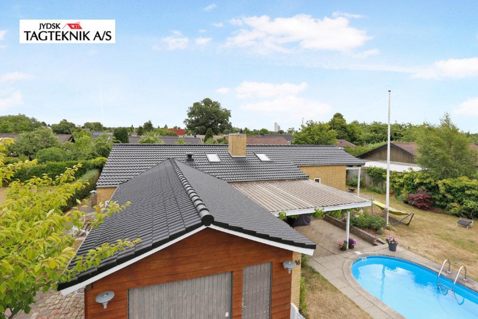 Murstensvilla med garage, overdækket terasse og swimmingpool