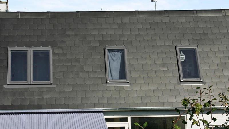 Skifer eternit tag med vinduer på hvidt hus