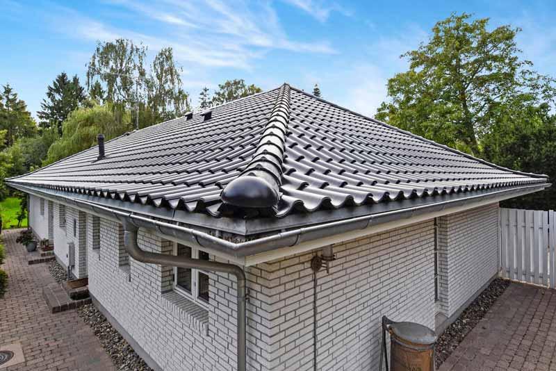 Sort tegltag på grå murstensvilla